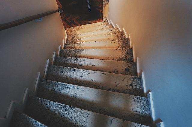 ancien escalier customisé et bien éclairé